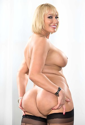 Nude Big Ass MILF Porn Pictures